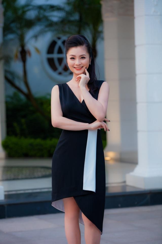 Diệu Hương khoe khéo vòng 1 trong một chiếc váy xẻ sâu ngực và vạt váy cách điệu ngắn dài tạo điểm nhấn.