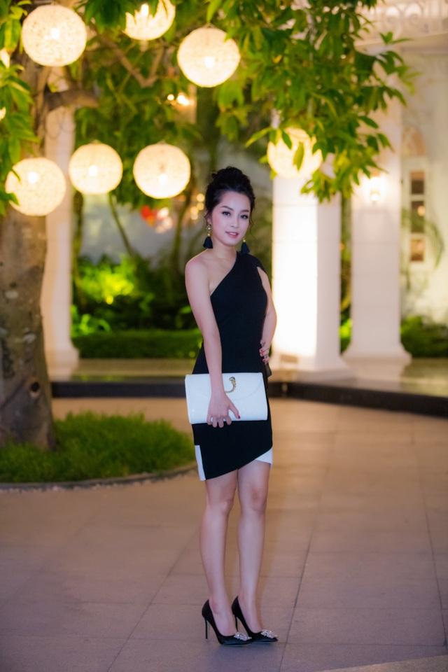 Minh Hương Nhật ký Vàng Anh cũng khoe dáng thon gọn trong một chiếc đầm bó sát, khoe vai trần.