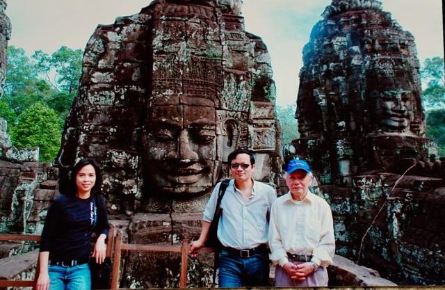 Ảnh chụp ông Đinh Xuân Lâm tại Ankor Wat năm 2010 cùng con trai Đinh Xuân Thọ và con dâu - Bs. Đặng Phương Lan