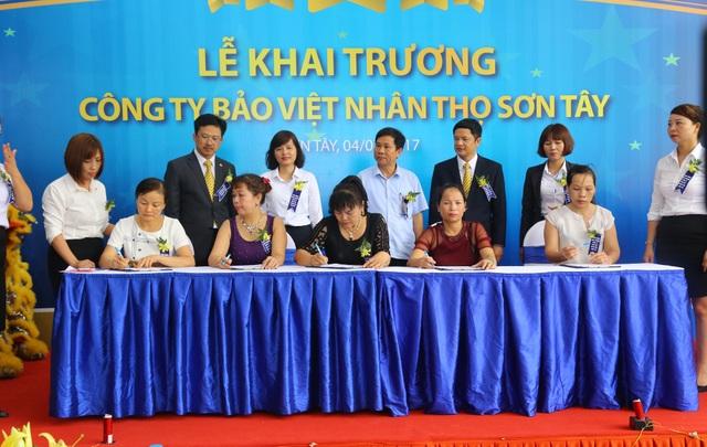 Những khách hàng đầu tiên của Bảo Việt Nhân thọ Sơn Tây ký kết hợp đồng bảo hiểm nhân thọ.