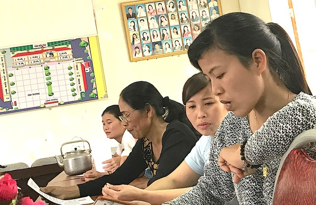 Nhiều giáo viên ở huyện miền núi cao Kỳ Sơn đang bị cắt trợ cấp bức xúc trình bày với PV.