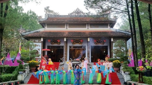 Huế: Hàng vạn người háo hức về khai hội đền Huyền Trân - 1