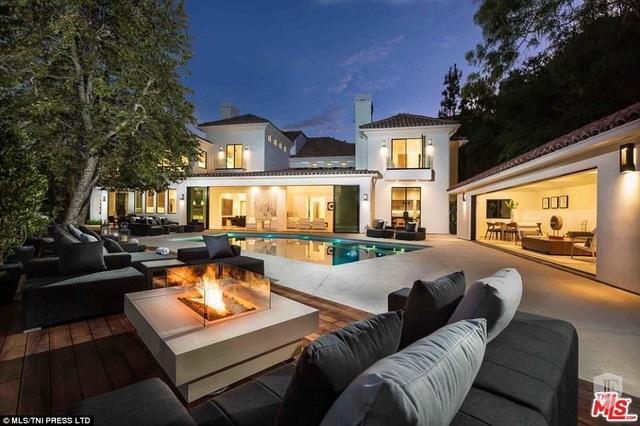 Nữ diễn viên Eva Longoria mới chi ra 13,5 triệu USD để tậu cho mình một biệt thự xa hoa tại khu Beverly Crest ở Los Angeles, Mỹ