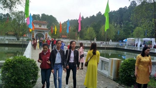 Hàng vạn du khách đã đổ về Trung tâm Văn hóa Huyền Trân để dự hội từ rất sớm