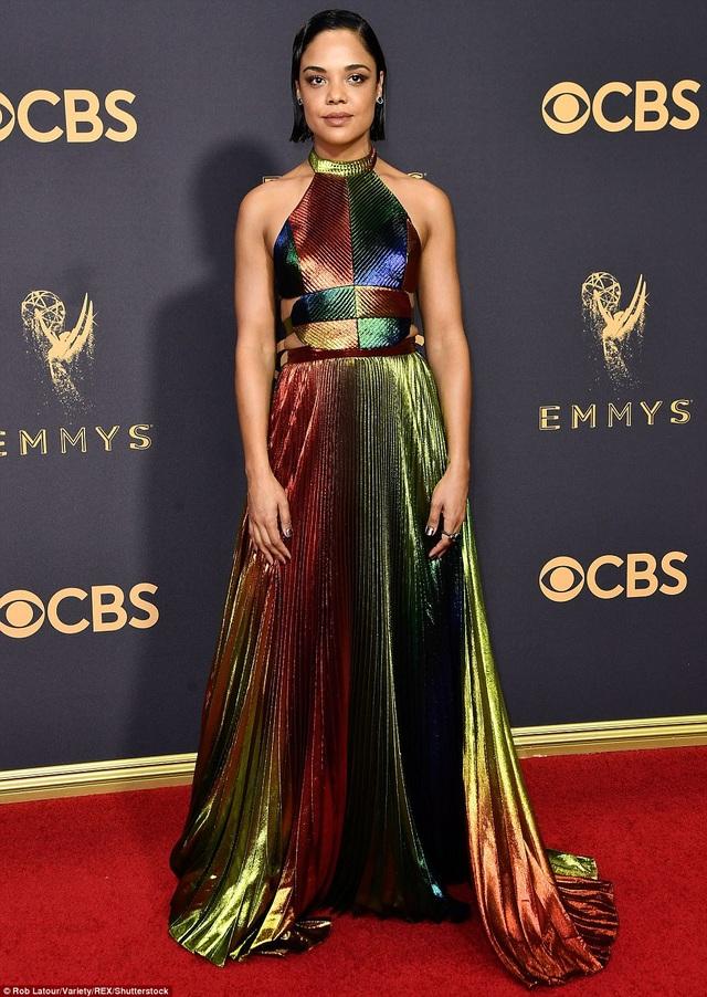 Tessa Thompson lạc điệu với váy bảy sắc cầu vồng