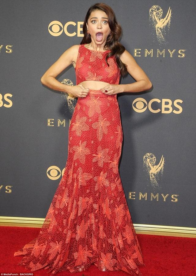Váy của Sarah Hyland sẽ đẹp hơn nếu không có họa tiết những chiếc lá