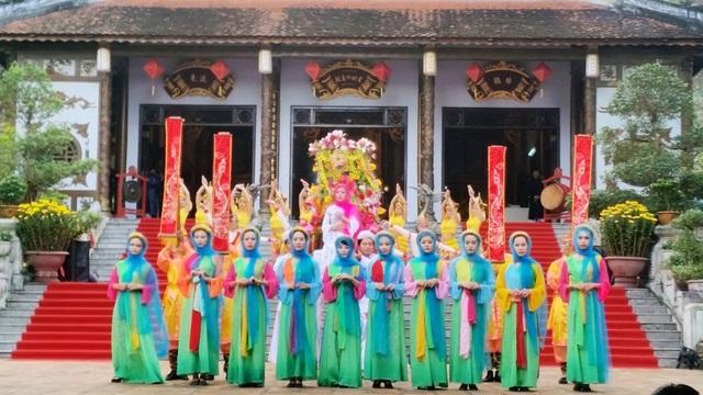 Huế: Hàng vạn người háo hức về khai hội đền Huyền Trân - 2