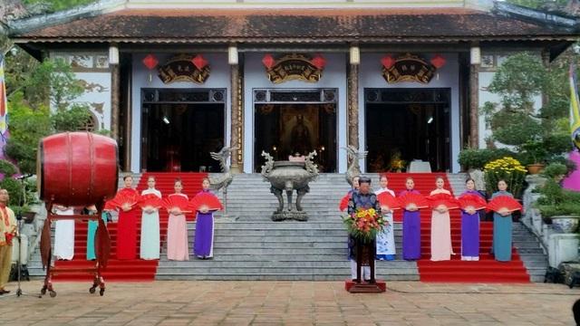 Ông Phan Tiến Dũng, Giám đốc sở Văn hóa và Thể thao, Trưởng ban tổ chức lễ hội đền Huyền Trân năm nay phát biểu tại buổi khai hội