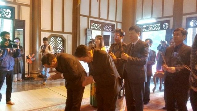 Sau phần khai hội, các vị lãnh đạo đã vào trong đền dâng hương để tưởng nhớ Công chúa Huyền Trân