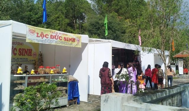 Ngoài ra, còn có các gian hàng trưng bày các sản phẩm như dệt Zèng, trầm hương,…