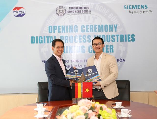 Ông Pham Thai Lai – Chủ tịch kiêm Tổng giám đốc TNHH Siemens Việt Nam và Lào kí kết hợp tác với Ông Đinh Văn Thành – Tổng Giám Đốc tập đoàn Polyco – Hiệu phó trường ĐH Công nghệ Đông Á
