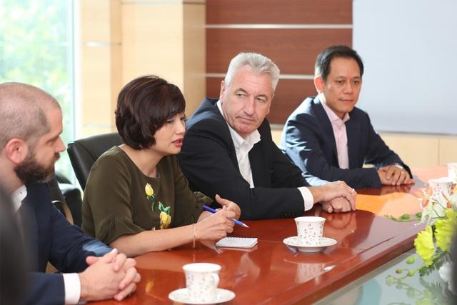Bà Dương Hương Ly – Giám đốc truyền thông, công ty TNHH Siemens Việt Nam đang trao đổi tại buổi kí kết
