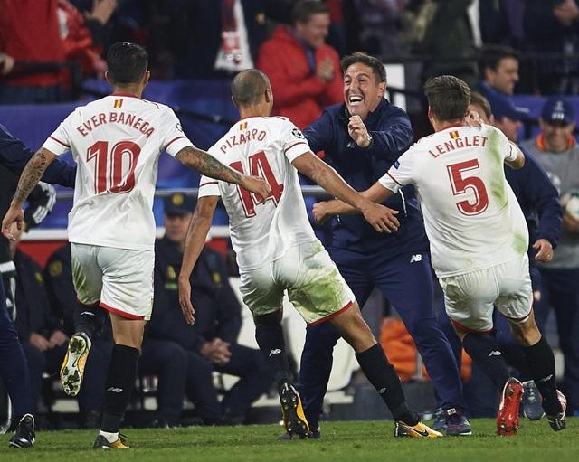 Các học trò chạy tới ăn mừng cùng HLV Eduardo Berizzo sau khi ghi bàn vào lưới Liverpool