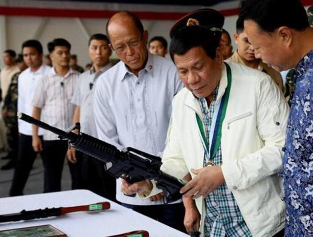 """Khi nhận được lô vũ khí, ông Duterte cảm thán """"có bạn tốt như Trung Quốc thật tuyệt"""""""