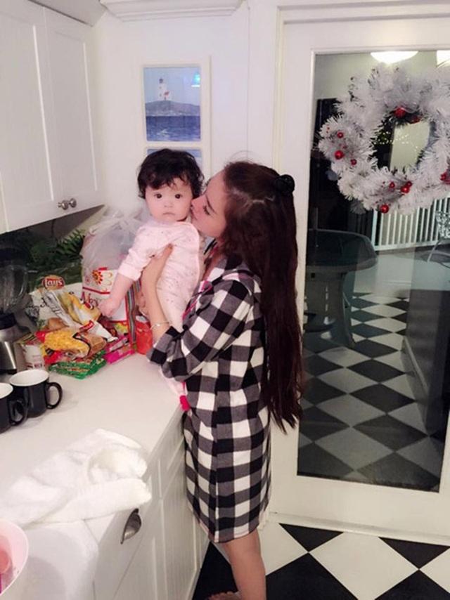 """Từ một hot girl bị """"soi"""" là thích khoe vòng 1 để nổi tiếng, Elly Trần đã trở thành bà mẹ bỉm sữa thích nội trợ, kín đáo, tình cảm và biết bảo vệ con."""