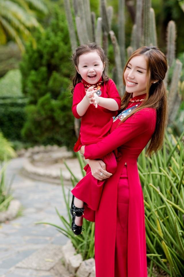 Cadie Mộc Trà như một phiên bản nhí của mẹ Elly Trần trong bộ áo dài đôi.