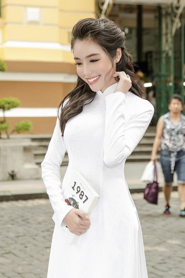 Trong ánh nắng chiều vàng của TP HCM, diễn viên Elly Trần khoe nhan sắc ngọt ngào trong tà áo dài màu trắng.