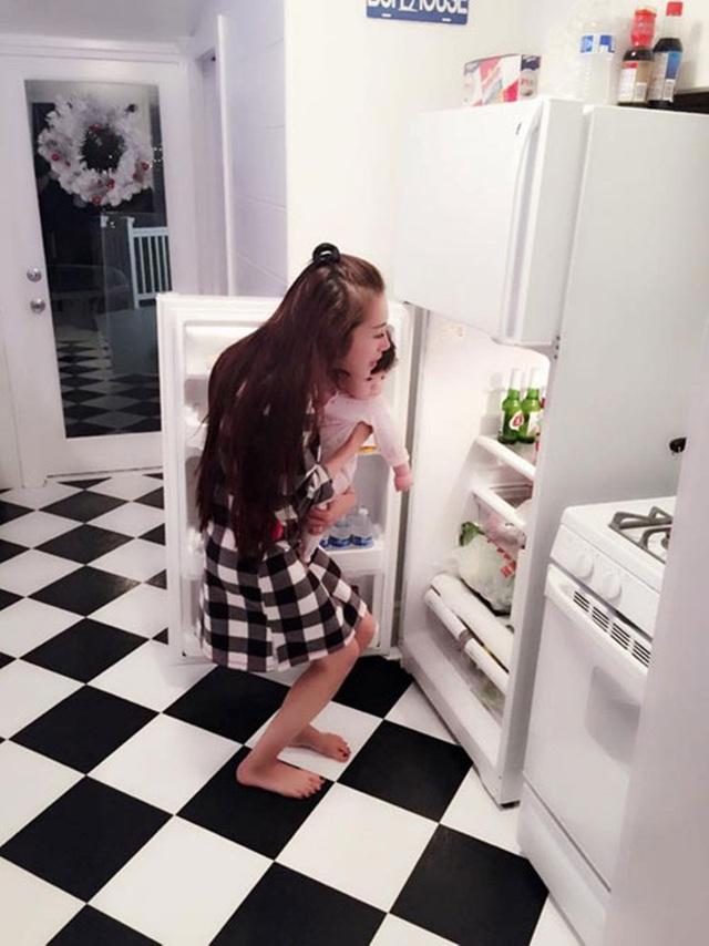 Phòng bếp với các vật dụng tiện nghi, hiện đại.