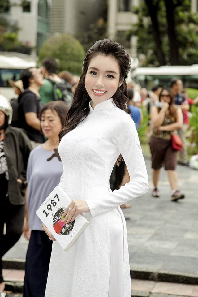 Sự xuất hiện của nữ diễn viên nhanh chóng thu hút đông đảo sự chú ý, quan tâm từ khán giả, đặc biệt là các du khách quốc tế thích thú ngắm nhìn hình ảnh người phụ nữ Việt Nam diện áo dài.