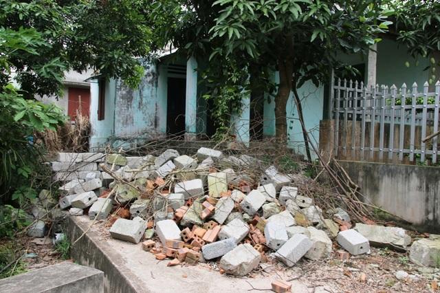 Phía UBND xã Hòa Hậu đã tiến hành giải tỏa đồng gạch, đá chặn ngõ nhà bà Mến sau khi Dân trí phản ánh, nhưng sau khi cơ quan chức năng ra về, ngõ nhà bà Mến lại tiếp tục bị chặn bằng cành cây và chất bẩn
