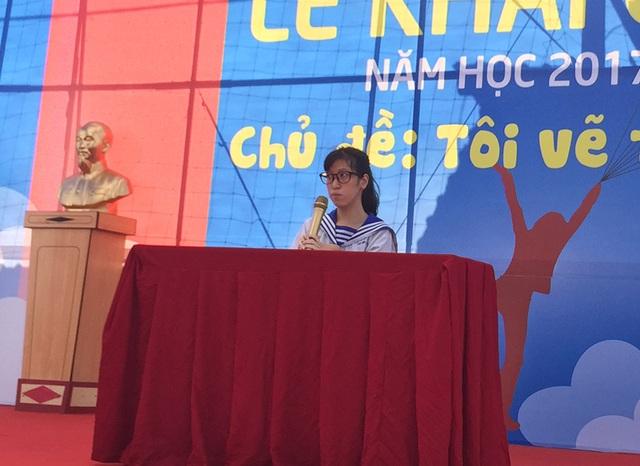 Nữ sinh Nguyễn Du Hải Âu, học lớp 12A6 như một diễn giả chia sẻ về ước mơ của mình trong lễ khai giảng của trường THPT Nhân Việt