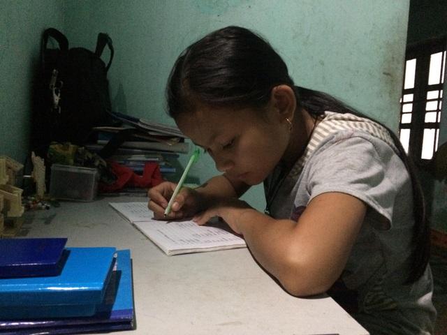 Em Minh tranh thủ học bài