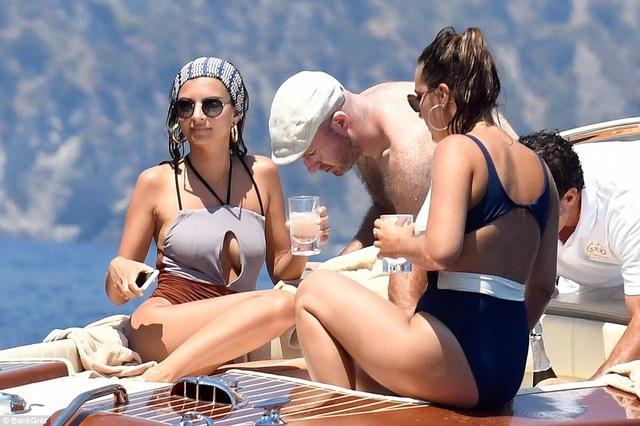 Emily Ratajkowski cùng bạn trai Jeff Magid đang tận hưởng kỳ nghỉ tại Positano, Italy