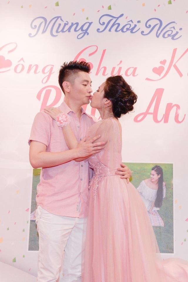 Năm 2014, nam nghệ sĩ bất ngờ kết hôn cùng với nghệ sĩ múa Thi Phượng. Trong bữa tiệc, cả hai khóa môi nồng nàn.