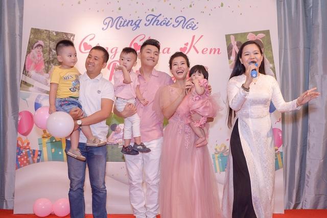 Ngoài gia đình NSND Ngọc Giàu cùng ca sĩ Minh Luân, ca sĩ Nguyễn Đức và hầu như tất cả nghệ sĩ, ca sĩ, diễn viên có mặt đều góp vui bằng các tiết mục ca hát, ngâm thơ khiến chương trình rất vui tươi và ấn tượng.