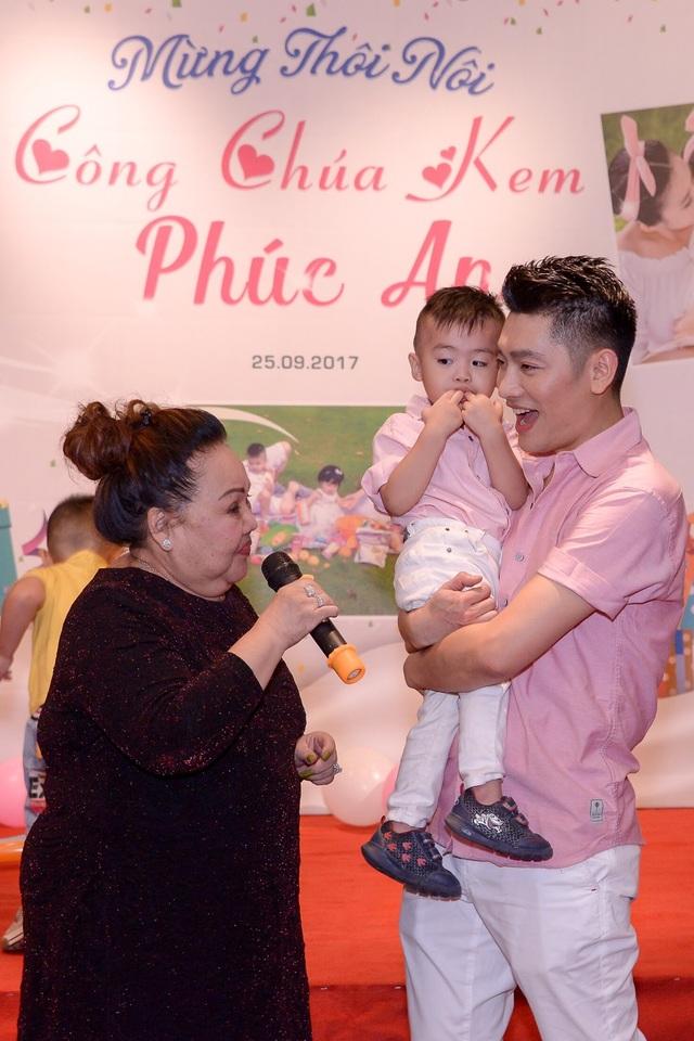NSND Ngọc Giàu (trái) là mẹ nuôi của MC Tuấn Anh (phải) nên bà có mặt từ sớm để chuẩn bị cho buổi tiệc của cô cháu gái được chu toàn.
