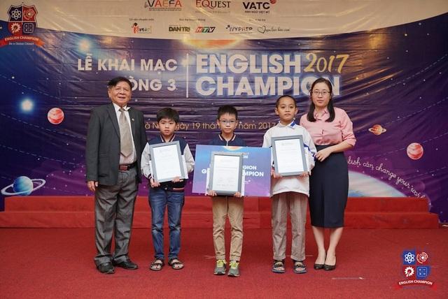 PGS. TS. Trần Xuân Nhĩ, Trưởng ban tổ chức English Champion 2017 (bìa trái) và bà Nguyễn Thị An Quyên, Phó BTC khu vực miền Bắc (bìa phải) trao giải cho top 3 xuất sắc nhất vòng 3, khu vực miền Bắc.