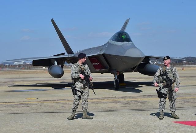 F-22 được thiết kế để thực hiện nhiệm vụ của một chiến đấu cơ đa nhiệm hạng nặng, thay thế mẫu F-15 Eagle. Không quân Mỹ hiện có tổng cộng 187 chiến đấu cơ đang hoạt động. (Ảnh: AFP)