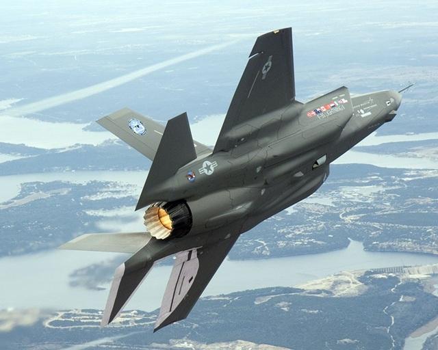 Các máy bay chiến đấu thế hệ thứ 5 sở hữu nhiều tính năng vượt trội so với các thế hệ cũ, gồm khả năng tàng hình (tránh được radar dò tìm của đối phương), tốc độ bay nhanh (siêu thanh), sự tiện dụng, linh hoạt, được trang bị nhiều loại vũ khí và hệ thống dẫn đường tự động tiên tiến, cho phép tiến hành các cuộc không kích trên quy mô rộng. Trong ảnh: F-35 Lightning II là mẫu máy bay thứ 2 thuộc dòng chiến đấu cơ thế hệ thứ 5 của Mỹ, thay thế các chiến đấu cơ F-16 cũ. (Ảnh: Flickr)
