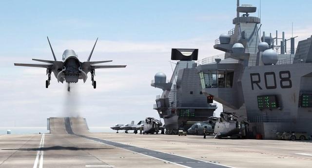 Tổng số chiến đấu F-35 mà Mỹ dự kiến sản xuất vào khoảng 2.500 chiếc. Trong 2 năm 2015 và 2016, Không quân và Thủy quân Lục chiến Mỹ đã bắt đầu tiến hành bay thử nghiệm loại máy bay này còn Hải quân sẽ tiếp nhận phiên bản F-35 dành cho lực lượng này vào năm 2018. Trong quá trình sử dụng, F-35 hiện đang bị chỉ trích vì chưa thực sự tốt như kỳ vọng. Tuy nhiên đây vẫn là dòng chiến đấu cơ được đánh giá cao của Không quân Mỹ (Ảnh: Flickr)