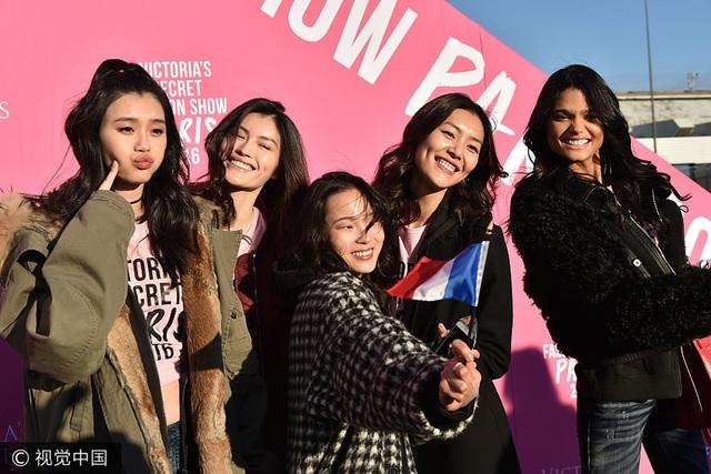 Xi Mengyao, He Sui, Ju Xiaowen, Liu Wen và Daniela Braga từng tham gia Victorias Secret Fashion Show 2016 tại Paris và sẽ tiếp tục tham gia show diễn năm nay