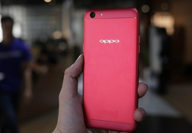 Nhìn tổng thể, phiên bản màu đỏ trông nổi bật hơn các phiên bản trước đó với sự kết hợp giữa màu đỏ rực và viền kim loại chạy dọc.