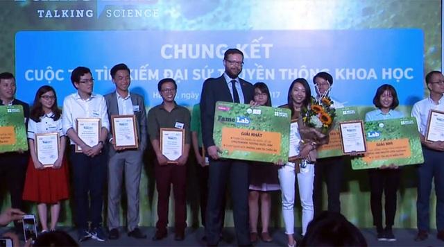 Khoảnh khắc chiến thắng của Phạm Hà My khi trở thành nữ đại sứ truyền thông khoa học 2017 của Việt Nam.