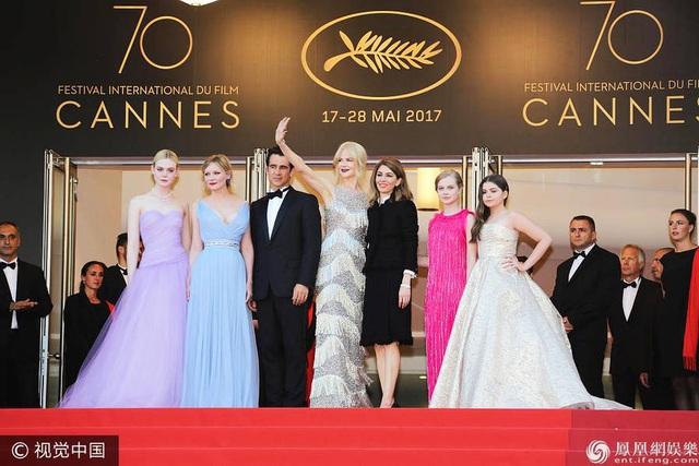 Nữ diễn viên Nicole Kidman (vẫy tay) bên các đồng nghiệp chào khán giả và báo giới.