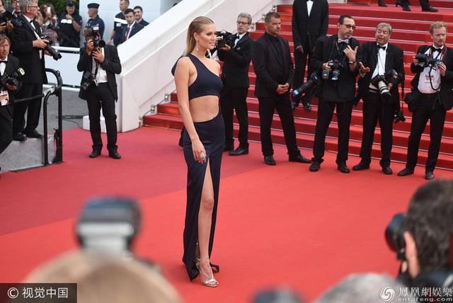 Tình cũ của Leonardo Dicaprio - Toni Garrn táo bạo với đầm cắt cúp gợi cảm.