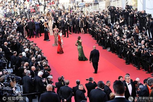 Các người đẹp trở thành tâm điểm của buổi ra mắt bộ phim.