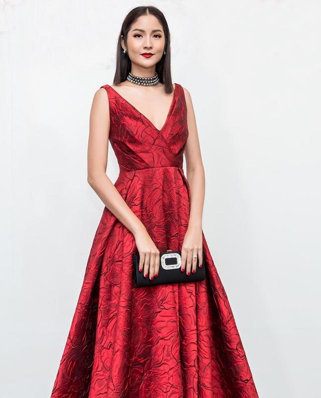 Hoa hậu Hoàn vũ Thái Lan 2007 - Farung Yuthithum dành thời gian sang Việt Nam để chúc mừng show diễn 10 năm làm nghề của NTK Đỗ Mạnh Cường. Mỹ nhân xứ sở chùa vàng diện đầm xòe dài, với phần ngực được xẻ chừng mực, thanh lịch.