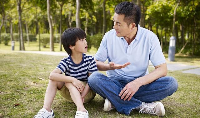 Sống cùng con, bố mẹ có thể nắm bắt tâm tư hàng ngày của con để kịp thời uốn nắn, nhắc nhở hay hỗ trợ con. (Ảnh minh họa)