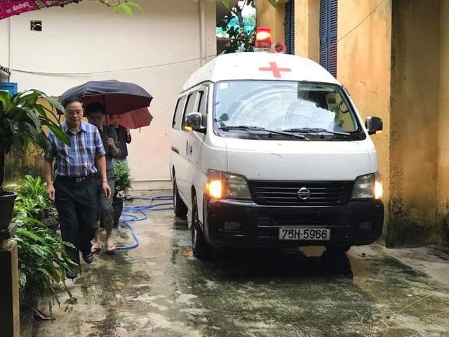Xe cứu thương đưa em Siêu về quê để gia đình đưa em về nơi an nghỉ cuối cùng (ảnh: Z.Trương)