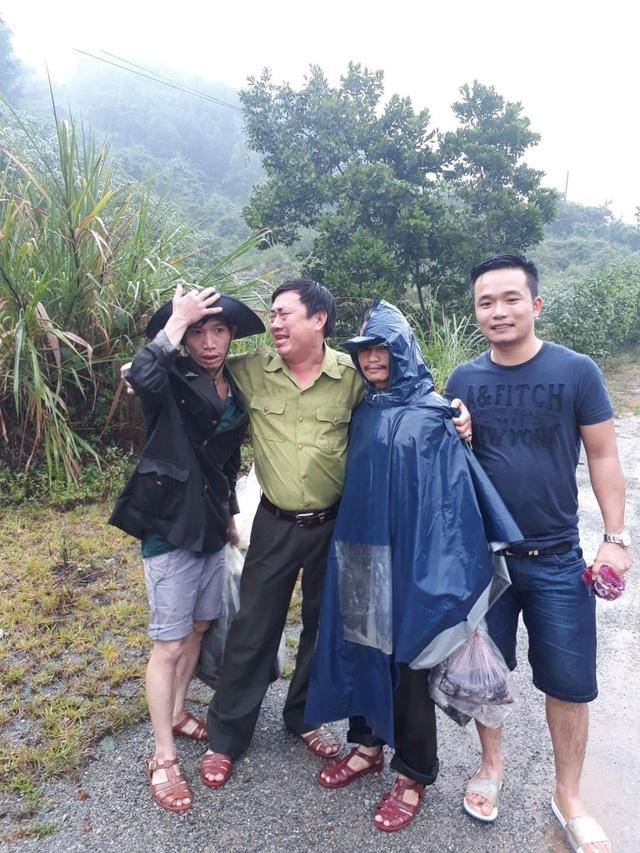 Ông Lê Ngọc Tuấn, Giám đốc Khu Bảo tồn Sao la (thứ 2 từ trái sang) vui mừng khi gặp lại anh em đồng đội