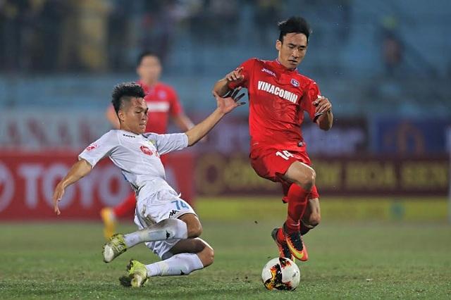 Các cầu thủ FC Hà Nội (áo trắng) thi đấu với Than Quảng Ninh (áo đỏ), ảnh Minh Phương