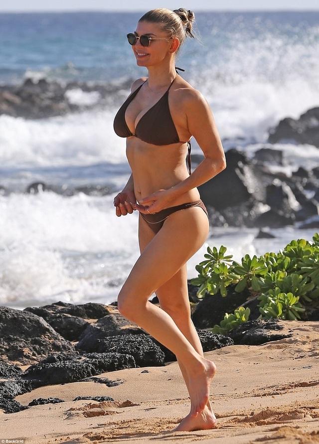 Nữ ca sĩ của nhóm Black Eyed Peas đang đi tắm biển tại Hawaii cùng bạn bè, ngày 1/8.