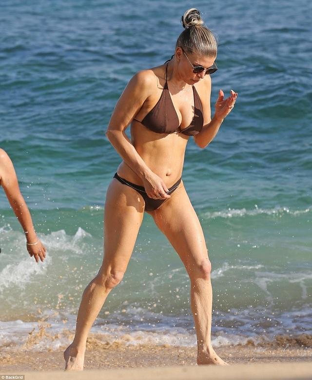 Nữ ca sĩ 42 tuổi Fergie tung tăng với bikini nhỏ xíu trên biển - 4