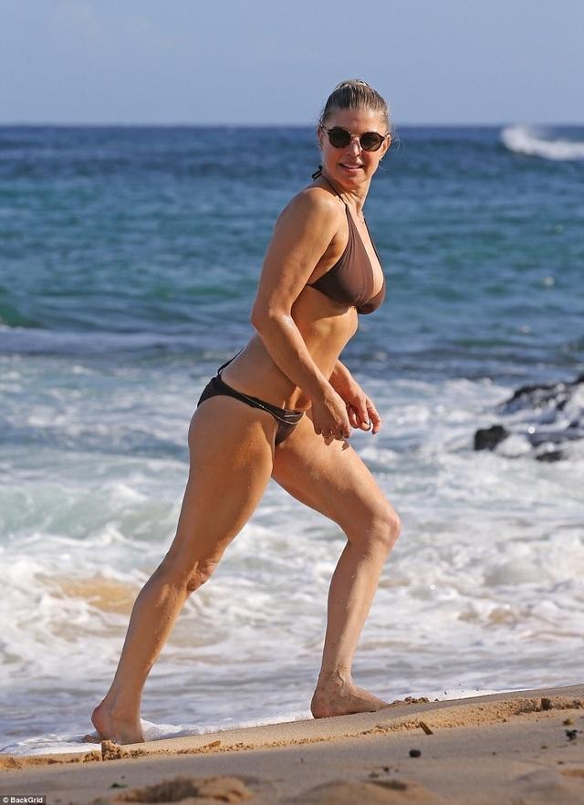 Nữ ca sĩ 42 tuổi Fergie tung tăng với bikini nhỏ xíu trên biển - 5