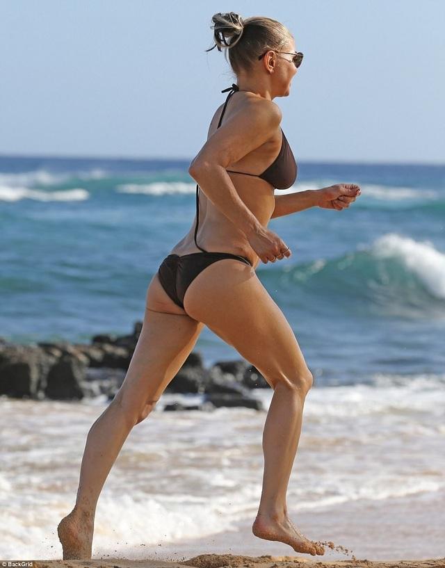 Nữ ca sĩ 42 tuổi Fergie tung tăng với bikini nhỏ xíu trên biển - 9