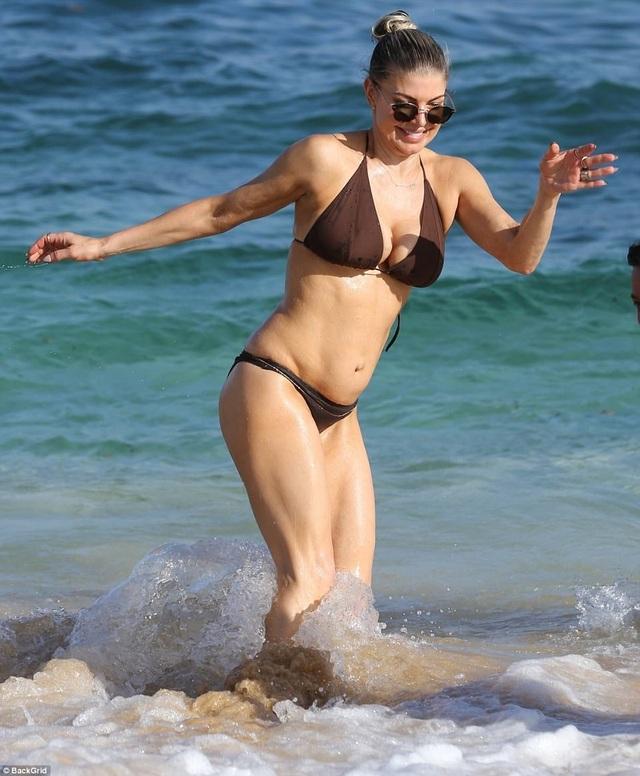 Nữ ca sĩ 42 tuổi Fergie tung tăng với bikini nhỏ xíu trên biển - 7